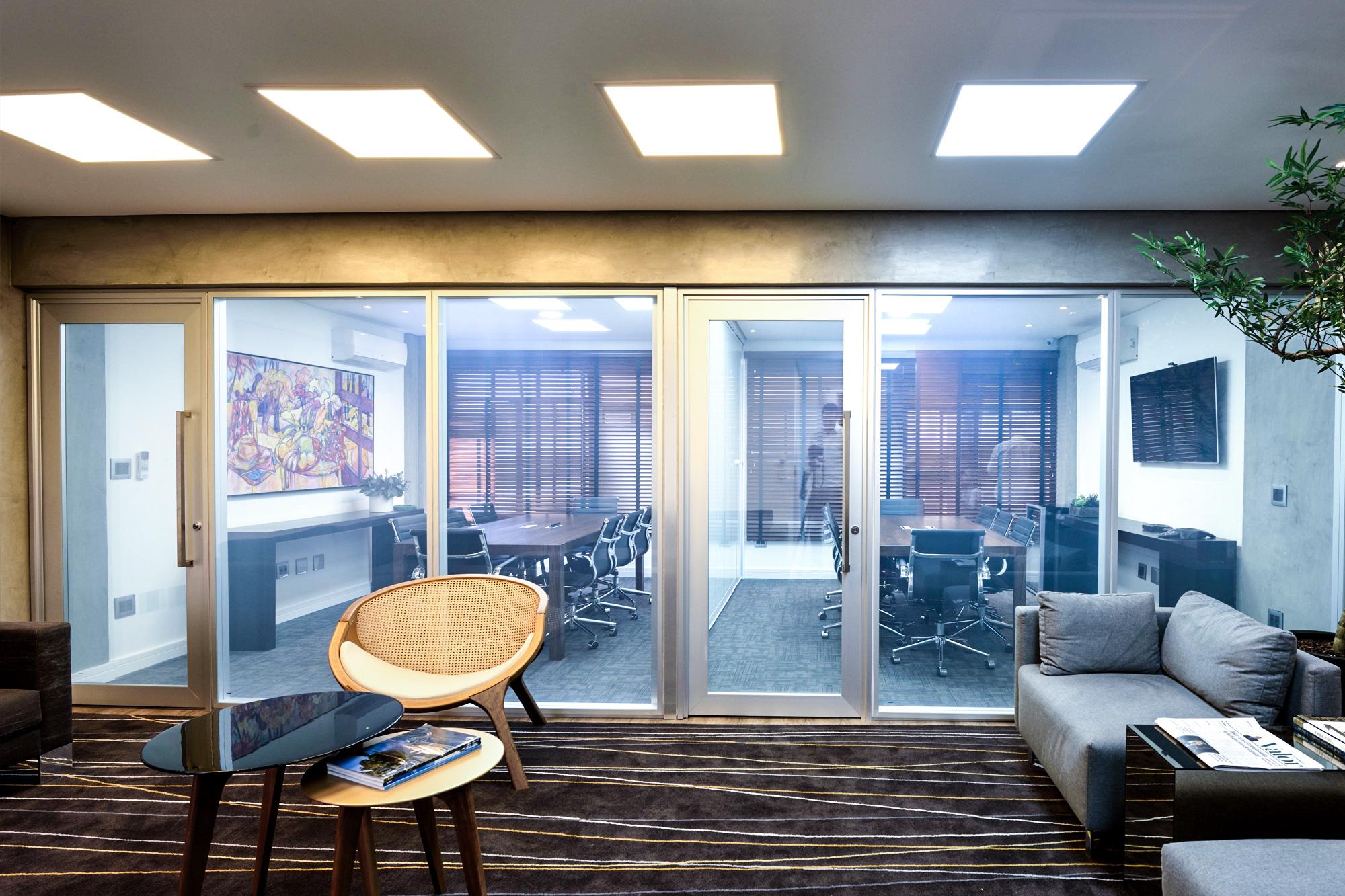 banner sala com vidro inteligente ligado