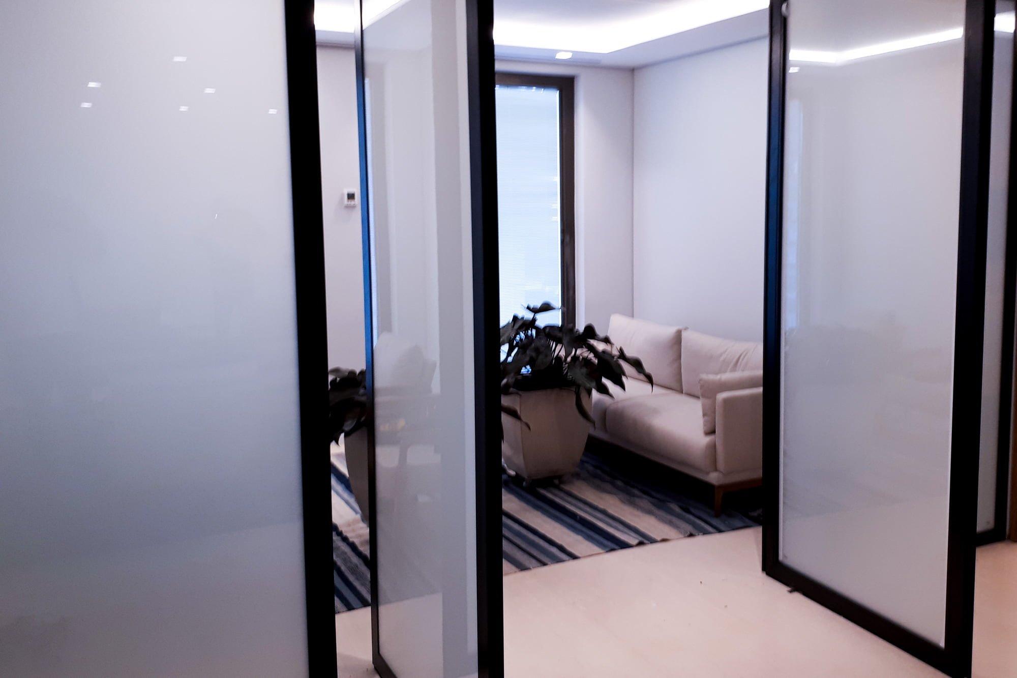 porta com vidro polarizado desligado